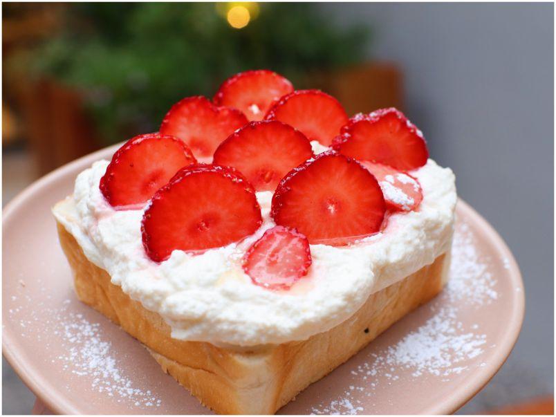 たっぷり生クリーム&いちごが絶品!原宿の近未来カフェで味わう華やか食パン