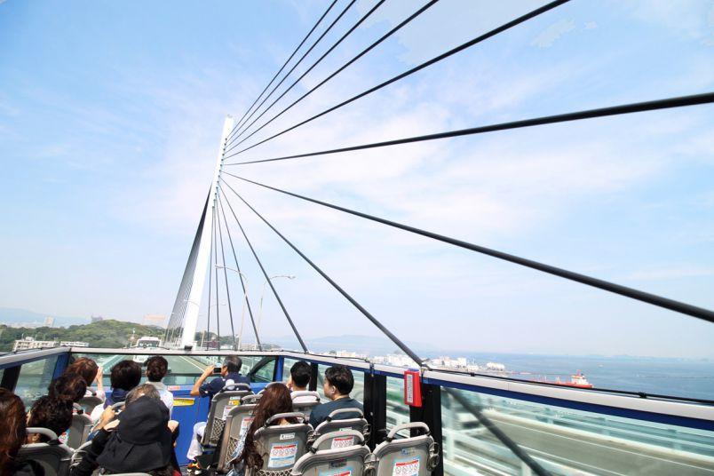 まるでジェットコースター。福岡が誇るオープンエアな観光バス