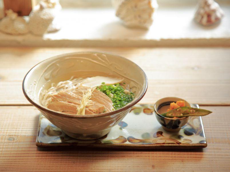 宮古島へおいしいものトリップ。やさしい味わいの沖縄そばに感動!