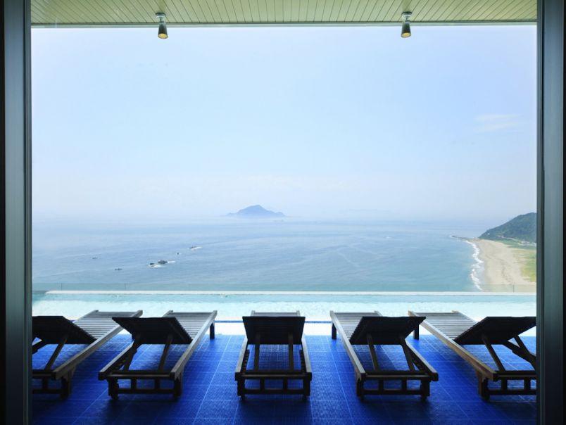 温泉がもはや海の上!絶景を眺めながら過ごす極楽バカンスはここで