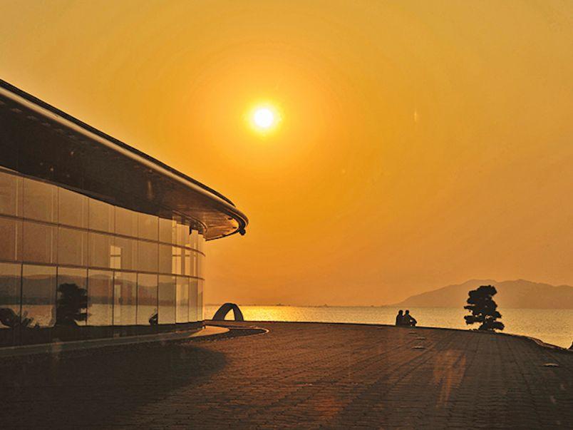 夕日に染まる「宍道湖うさぎ」がキュート!松江タウンでアートを楽しむ1日