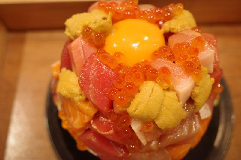 こぼれ落ちそうっ!絶対食べたいド迫力の豪華すぎる絶品海鮮丼