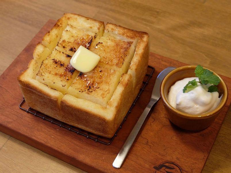 つばめ印がおいしさの証!サクふわ食パン専門店の「厚切りバタートースト」