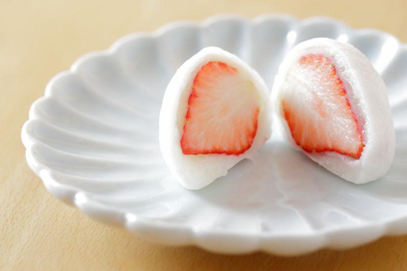 ふわとろ食感のとりこ!冬限定の「いちご餅」とかわいすぎる和菓子たち