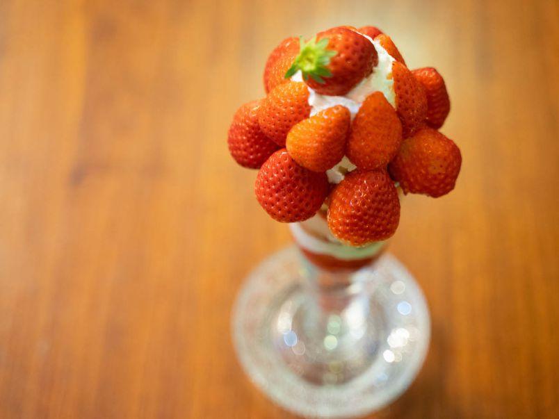 いちごを1パック以上も使ってる!? 広島で見つけたいちごまみれのビッグパフェ