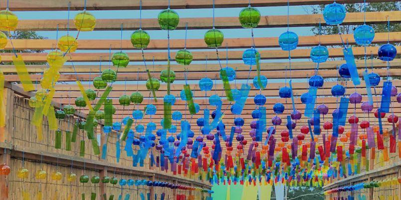 虹色のガラス風鈴で癒される!「びわこ函館山 風鈴のよし小道」が登場、新作パフェも