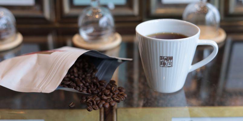 焙煎機を眺めながら絶品のコーヒーを!至福のファクトリー&ラボを満喫