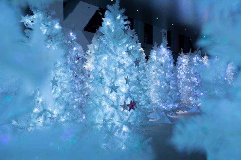 梅田スカイビル空中庭園が、クリスマス、ノスタルジックな切り絵の世界に包まれる