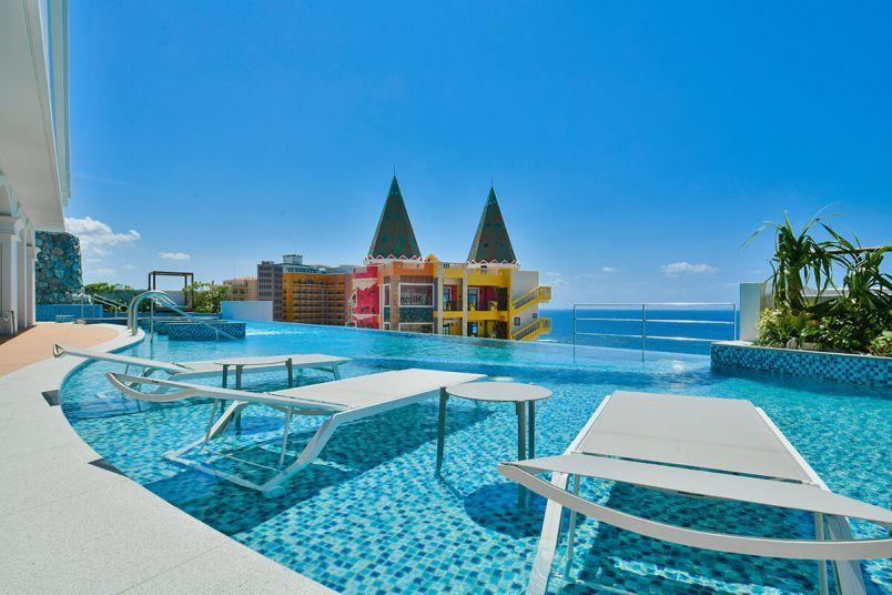 空とつながるプールに感動!「レクー沖縄北谷スパ&リゾート」の極上リゾートステイ術