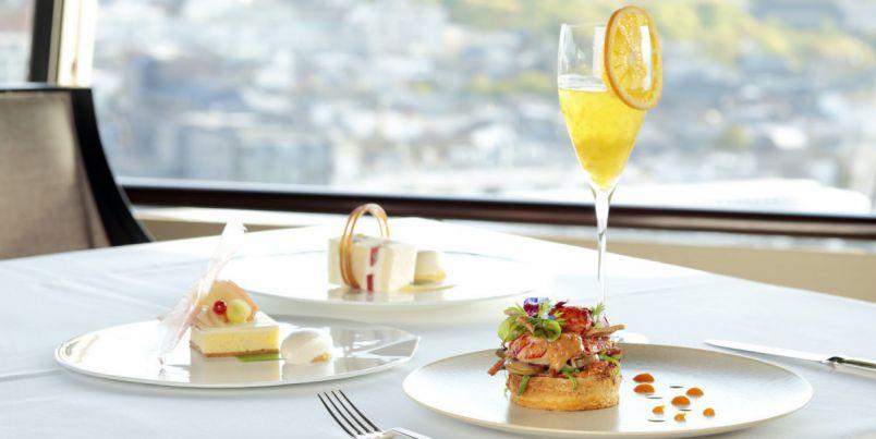 フロアが回転するホテル最上階の展望レストランで「乃が美」の「生」食パンとフレンチのしあわせマリアージュランチ