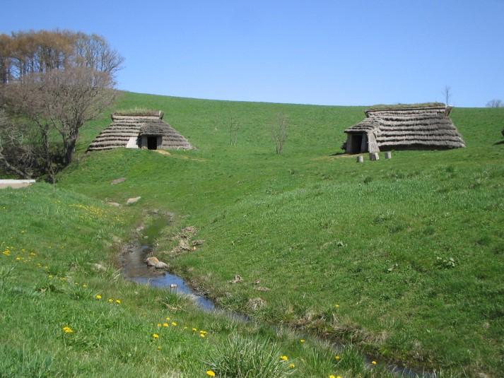 北黄金貝塚 復元された竪穴建物と湧き水