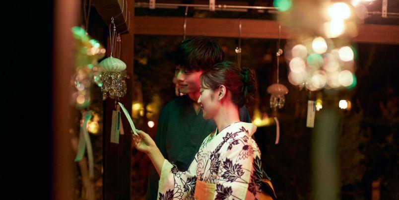 『京都水族館』に130個のクラゲ風鈴が登場する「くらげと風鈴」。夜はライトアップも