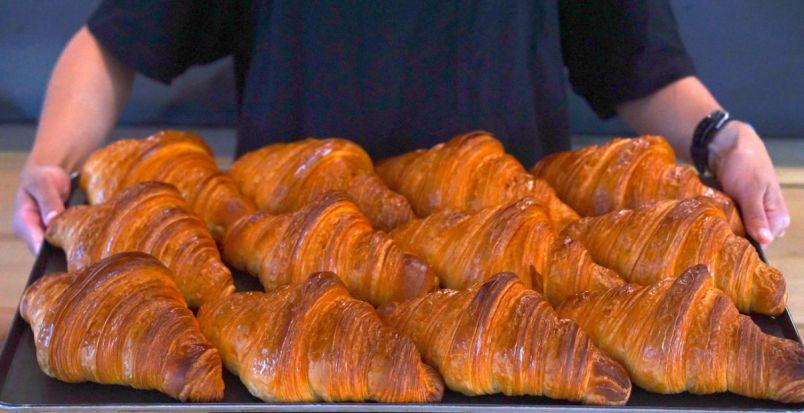 海が見える「ZEBRA Coffee & Croissant横浜店」で 巨大クロワッサンと絶品コーヒーに舌鼓