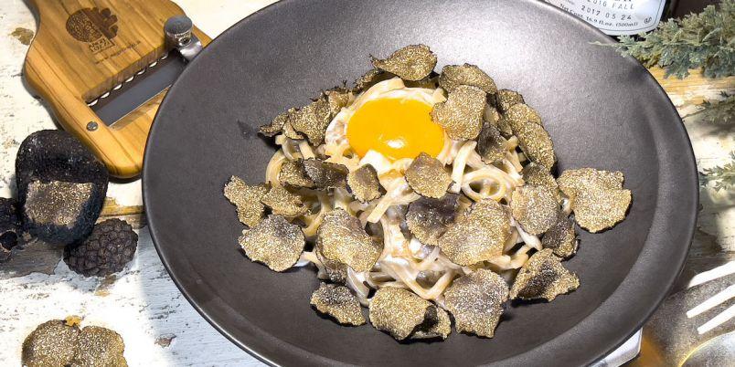 トリュフでパスタが見えない!?恵比寿「チーズタバーンカシーナ」に特別なカルボナーラが登場