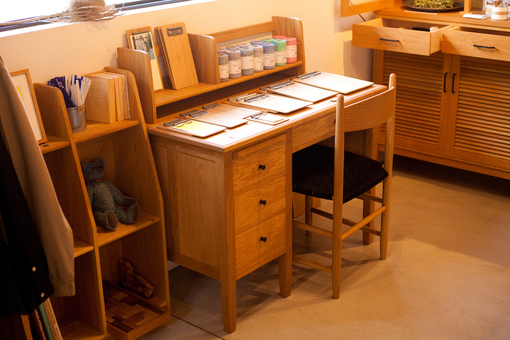 D Desk (W1000mm D550mm H710mm) 10万5000円〜、DT shelf low(W900mm D170mm H250mm)3万円〜(すべて税別)