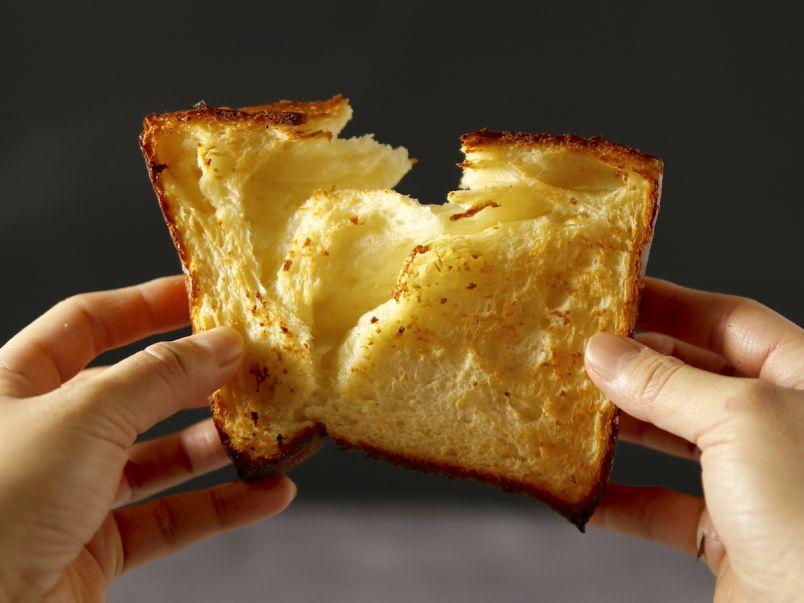 """毎朝、起きるのが楽しくなる!""""まるでクロワッサンな食パン""""が大阪梅田に登場"""