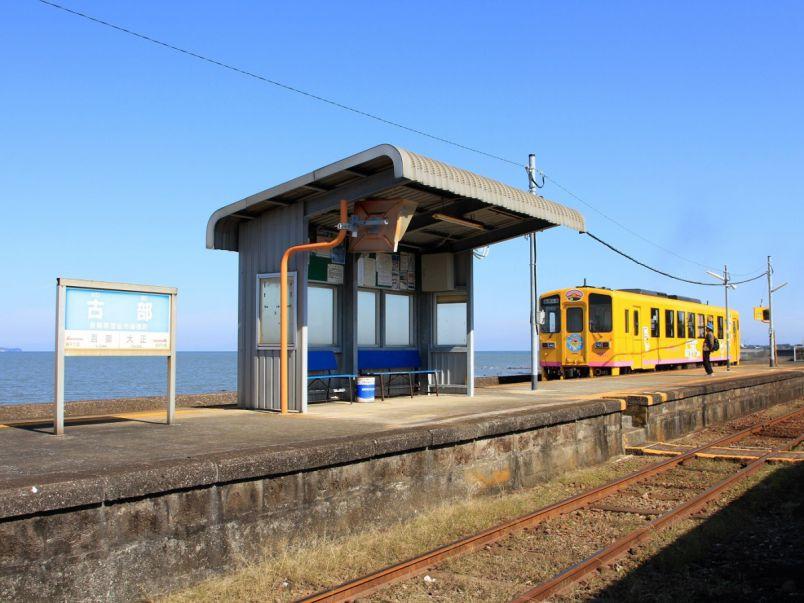 目の前は海と小さな駅舎。途中下車したくなるおしゃかわカフェ