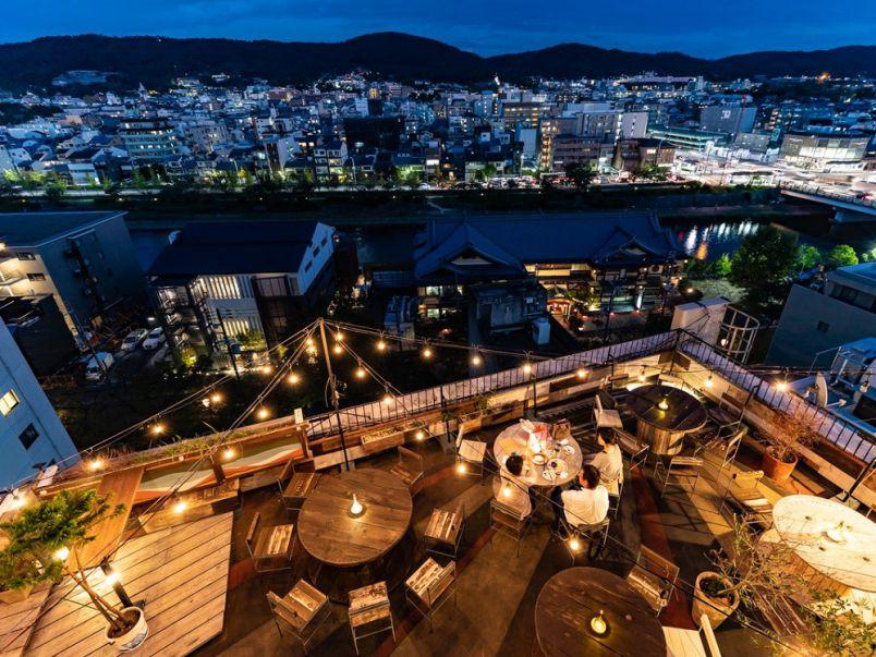 キラキラの光と夜景に包まれて。屋上カフェで京都の夜デート