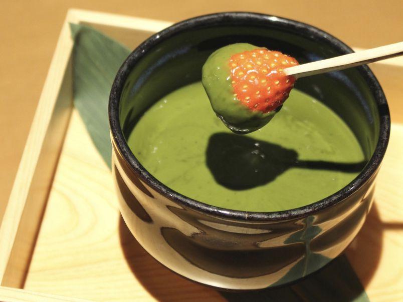 京都で味わう濃厚フォンデュ。とろ~り抹茶チョコに具材をディップ